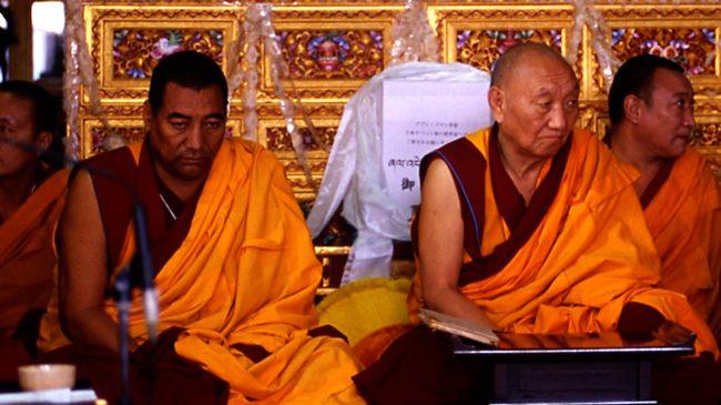 厳しい表情で法王の教えを聴聞されるゲン・ロサンとケンスル・リンポチェ 2006年宮島