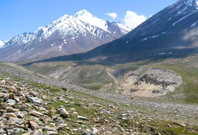 チベットの高原には石がたくさん転がっている