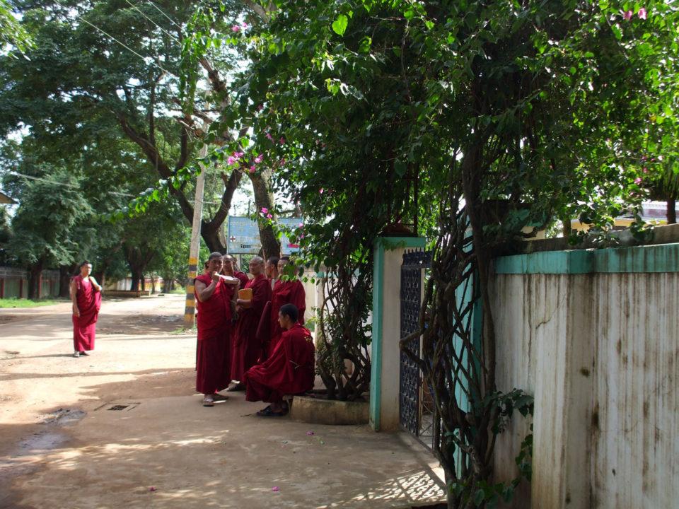 ペティーのクラスが始まる前にゲンロサンの部屋の外で待っている僧侶たち。1分前くらいに全員揃ってから教室に入る。