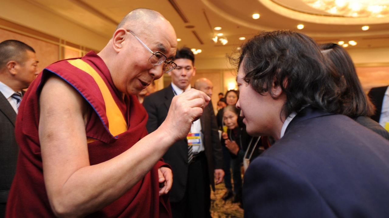 『縁起讃』のポイントを根本先生にアドバイスするダライ・ラマ法王